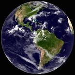 """Предоставленный в распоряжение Рейтер спутниковый снимок тропического шторма """"Исаак"""" над Мексиканским заливом 28 августа 2012. """"Исаак"""" практически достиг силы урагана, обрушившись на побережье Мексиканского залива США во вторник, и направился к Новому Орлеану, где почти семь лет назад бушевал беспощадный ураган """"Катрина"""". REUTERS/NOAA/GOES East/Handout"""