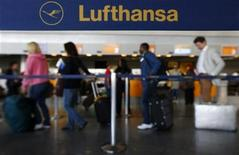 Passengers of German air carrier Lufthansa queue at a baggage drop-off at Fraport airport in Frankfurt August 28, 2012. REUTERS/Kai Pfaffenbach