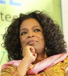 Apresentadora Oprah Winfrey é vista durante festival anual de literatura em janeiro deste ano, na cidade de Jaipur, na Índia. A sua nova rede de televisão enfrenta dificuldades, mas a conta bancária de Winfrey está indo bem, de acordo com o site financeiro Forbes.com, que nesta segunda-feira nomeou a rainha dos programas de entrevista como a celebridade mais bem paga pelo quarto ano consecutivo. 22/01/2012 REUTERS/Altaf Hussain