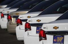 Автомобили Chevrolet Cruze в дилерском центре Courtesy Chevrolet в Финиксе, Аризона 4 января 2011 года. Американский автоконцерн General Motors рассчитывает вложить в расширение производства в РФ и выпуск автокомпонентов около $1 миллиарда в ближайшие 5 лет, сообщил глава международных операций GM Тим Ли во вторник поздно вечером. REUTERS/Joshua Lott