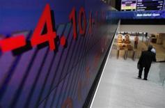 Мужчина спускается по лестнице в здании Лондонской фондовой биржи 1 ноября 2011 года. Европейские акции снижаются из-за опасений за мировую экономику и в ожидании встречи руководителей центробанков в пятницу. REUTERS/Andrew Winning