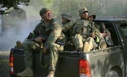 Грузинские военные патрулируют деревню Лапанкури в 175 километрах к востоку от Тбилиси 29 августа 2012 года. Грузинские силы безопасности застрелили 11 боевиков и потеряли убитыми трех полицейских в перестрелке у границы с российским Дагестаном, сообщило МВД в среду. Полиции удалось освободить часть захваченных боевиками заложников. REUTERS/Irakli Gedenidze