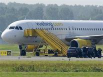 Самолет авиакомпании Vueling в аэропорту Амстердама 29 августа 2012 года. Недопонимание между пилотом испанской авиакомпании Vueling и голландскими диспетчерами привело к тому, что на перехват рейса из Малага-Амстердам вылетели истребители F-16. REUTERS/Robin van Lonkhuijsen/United Photos