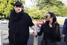 Fundador do Megaupload Kim Dotcom e sua esposa Mona Schmitz chegam à Alta Corte da Nova Zelândia, em Auckland. Uma corte da Nova Zelândia garantiu ao fundador do Megaupload Kim Dotcom acesso a 6 milhões de dólares da Nova Zelândia (4,84 milhões de dólares) para pagar honorários advocatícios e despesas pessoais. 07/08/2012 REUTERS/Simon Watts