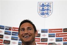 Jogador de futebol inglês Frank Lampard sorri durante coletiva de imprensa no Grove Hotel, perto de Watford, Inglaterra. O meia Frank Lampard, do Chelsea, quer treinar o time atual campeão europeu depois de pendurar as chuteiras. 29/05/2012 REUTERS/Stefan Wermuth