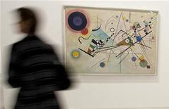 """Visitante é visto nesta foto de agosto de 2009 passando pelo quadro """"Composição 8"""" pelo artista russo, Wassily Kandinsky, no museu Centro Georges Pompidou, em Paris, na França. Uma tela pintada em 1909 por Kandinsky pode alcançar até 30 milhões de dólares quando for colocado à venda pela Christie's nos próximos meses, informou a casa de leilões nesta quarta-feira. 10/08/2009 REUTERS/Philippe Wojazer"""