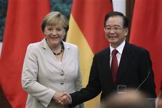 <p>Selon des propos rapportés par l'agence officielle Chine nouvelle, le Premier ministre chinois Wen Jiabao a déclaré, à l'occasion de la visite de la chancelière allemande Angela Merkel, que la Chine continuerait d'acheter des obligations d'Etats de l'Union européenne après une évaluation détaillée des risques. /Photo prise le 30 août 2012/REUTERS/Jason Lee</p>