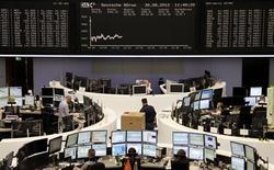 <p>Vers 12h50, le Dax cédait 0,8% tandis qu'à Paris, l'indice CAC 40 passait sous la barre de 3.400 points à 3.398,24 points (-0,46%). Les Bourses européennes restent orientées en léger recul jeudi à mi-séance, dans un climat d'attentisme face aux incertitudes concernant l'attitude des banques centrales et les perspectives de croissance mondiale. /Photo prise le 30 août 2012/REUTERS/Remote/Lizza May David</p>