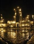 Нефтеперерабатывающий завод Роснефти недалеко от города Стрежевой, 21 октября 2007 г. Российская государственная нефтяная компания Роснефть подписала в четверг соглашение с норвежской Statoil о создании совместных предприятий для разработки нефтегазовых месторождений в Охотском и Баренцевом морях. REUTERS/Mikhail Voskresenskiy