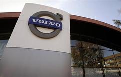 <p>Selon un syndicat, le constructeur automobile Volvo, propriété du Chinois Zhejiang Geely , va réduire sa production en Suède d'environ 10% et supprimer 200 à 300 emplois en raison de ventes plus faibles qu'espéré. /Photo d'archives/REUTERS/Bob Strong</p>