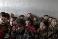 Сироты из северокорейской провинции Хванхэдо, пострадавшей от летних наводнений, ждут медосмотра на предмет выявления признаков недоедания. Снимок сделан 29 сентября 2011 года в ходе пресс-тура, проходившего под контролем властей КНДР. September 29, 2011. В Северной Корее может повториться продовольственный кризис 1990-х, когда катастрофические наводнения обернулись массовым голодом и миллионами погибших, сказал гуманитарный работник, вернувшийся из нищей страны. REUTERS/Damir Sagolj