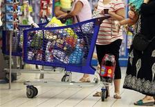 <p>Les prix à la consommation ont augmenté un peu plus que prévu en août dans la zone euro, ce qui pourrait dissuader la Banque centrale européenne d'abaisser à nouveau ses taux d'intérêt la semaine prochaine. Selon la première estimation de l'Agence de la statistique de l'Union européenne, l'inflation s'est élevée à 2,6% en août. /Photo prise le 23 août 2012/REUTERS/Eric Gaillard</p>