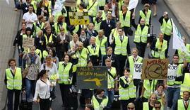 Забастовка бортпроводников Lufthansa в аэропорту Франкфурта-на-Майне, 31 августа 2012 г. Авиакомпания Lufthansa отменила 64 рейса в аэропорту Франкфурта-на-Майне в связи с началом забастовок бортпроводников, недовольных оплатой труда. REUTERS/Kai Pfaffenbach