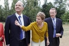 <p>Le ministre de l'Economie Pierre Moscovici, la présidente du Medef Laurence Parisot et le patron de BNP Paribas Michel Pébereau sur le campus de HEC à l'occasion de l'université d'été de l'organisation patronale. Les ministres de François Hollande ont participé en nombre cette semaine à l'université d'été du Medef pour témoigner de la volonté du gouvernement d'aider les entreprises à faire face à la crise, mais sans faire la moindre annonce de nature à rassurer des patrons inquiets de ses projets fiscaux. /Photo prise le 30 août 2012/REUTERS/Charles Platiau</p>