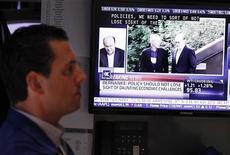 <p>Trader dans la salle des marchés du New York Stock Exchange pendant la retransmission du discours de Ben Bernanke. Lors d'une intervention très attendue à Jackson Hole, le président de la Réserve fédérale américaine a déclaré que les progrès dans la réduction du chômage aux Etats-Unis étaient trop lents et que la Fed interviendrait en tant que de besoin pour conforter la reprise de l'économie. /Photo prise le 31 août 2012/REUTERS/Lucas Jackson</p>