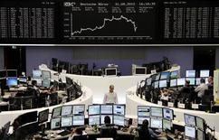 <p>Les Bourses de la zone euro ont clôturé en hausse vendredi dans l'attente de précisions, jeudi prochain, sur les actions promises par la Banque centrale européenne pour sortir la zone euro de la crise. Le CAC 40 a fini en hausse de 1,0% à 3.413,07 points et Francfort a pris 1,09%. /Photo prise le 31 août 2012/REUTERS/Remote/Lizza May David</p>