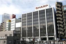 <p>Foto de archivo del salón de muestras de Sharp en Tokio, ene 10 2009. Las acciones de Sharp Corp cayeron casi un 13 por ciento el viernes y la agencia de calificación Standard & Poor's rebajó la deuda de la compañía a categoría basura, lo que subraya la creciente preocupación acerca de la capacidad de la empresa para pagar sus deudas y recuperar su negocio. REUTERS/Stringer</p>
