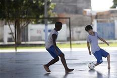 Gabriel Muniz, de 11 anos, joga futebol com seus colegas de escola em Campos, no Rio de Janeiro, na semana passada. Apesar de ter nascido sem os dois pés, ele é um dos melhores jogadores de futebol da sua escola. 23/08/2012 REUTERS/Ricardo Moraes