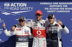 Piloto britânico Jenson Button, da McLaren, comemora a pole position com Kamui Kobayashi (E), do Japão, e Pastor Maldonado, da Venezuela (D), após treino classificatório para o Grande Prêmio da Bélgica de Fórmula 1, em Spa Francorchamps. 01/09/2012 REUTERS/Francois Lenoir