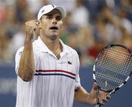 Andy Roddick, dos EUA, comemora ponto no terceiro set contra Bernard Tomic, da Austrália, no campeonato US Open, em Nova York. 31/08/2012 REUTERS/Adam Hunger