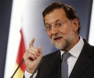 <p>Dans un entretien publié dimanche par plusieurs quotidiens européens, le Premier ministre espagnol Mariano Rajoy a déclaré que l'Espagne évaluerait l'opportunité de solliciter une aide européenne complémentaire à celle déjà prévue pour ses banques mais qu'elle excluait de se soumettre à de nouvelles conditions. /Photo prise le 30 août 2012/REUTERS/Juan Medina</p>