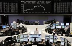 Трейдеры на торгах фондовой биржи во Франкфурте-на-Майне 31 августа 2012 года. Европейские рынки акций открылись снижением. REUTERS/Remote/Lizza May David