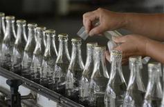 Сотрудник спиртового завода на сборочной линии в Тайюане, провинция Шаньси 10 августа 2012 года. Производственные сектор Китая серьезно пострадал в августе из-за сокращения числа новых заказов, показали два дополняющих друг друга исследования. REUTERS/Stringer