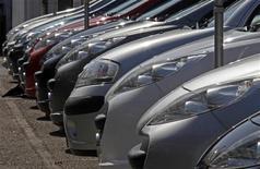 Подержанные автомобили Peugeot припаркованы на стоянке дилера в Ницце, 19 июля 2012 года. Крупнейшие автопроизводители Европы засучивают рукава, готовясь к свертыванию мощностей и увольнениям персонала, как это уже сделали около трех лет назад их американские конкуренты. REUTERS/Eric Gaillard