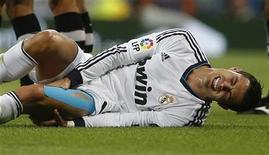 Jogador do Real Madrid, Cristiano Ronaldo, sente lesão durante jogo contra o Granada pelo Campeonato Espanhol, em Madri, na Espanha. 02/09/2012 REUTERS/Paul Hanna
