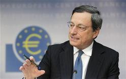 Глава ЕЦБ Марио Драги во время пресс-конференции во Франкфурте-на-Майне, 2 августа 2012 года. Скупка краткосрочных суверенных облигаций Европейским центробанком не нарушит правила Евросоюза, сказал глава ЕЦБ Марио Драги европейским законодателям в понедельник. REUTERS/Alex Domanski