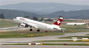Самолет Airbus Швейцарских авиалиний вылетает из аэропорта Цюриха, 2 августа 2012 г. Airbus прогнозирует спрос на 28.000 новых самолетов стоимостью $4 триллиона для обеспечения роста воздушных перевозок в ближайшие 20 лет, заявила европейская авиастроительная компания во вторник. REUTERS/Arnd Wiegmann