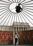 Демонстранты устанавливают юрту перед зданием парламента в Бишкеке 5 апреле 2007 года. Парламент Киргизии в среду одобрил обновленный состав правительства, в котором Минфин возглавила выходец из российской Газпромнефти. Премьер пообещал сокращать расходы одного из беднейших постсоветских государств. REUTERS/Vladimir Pirogov