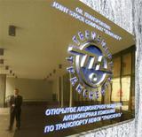 Табличка с логотипом компании Транснефть у входа в штаб-квартиру компании в Москве, 9 января 2007 года. Российская трубопроводная монополия Транснефть не рассматривала вопрос о повышении дивидендов и ждет роста тарифов на прокачку нефти на 6 процентов. REUTERS/Anton Denisov