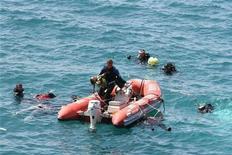 Водолазы-спасатели турецкой береговой охраны ведут поиски выживших с затонувшей лодки в Эгейском море, 6 сентября 2012 года. Лодка с нелегальными мигрантами затонула в четверг у побережья Эгейского моря на западе Турции, как минимум 58 человек погибли, сообщили турецкие СМИ. REUTERS/Safak Yel/Ihlas News Agency