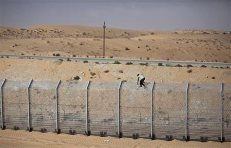 A labourer works on the border fence between Israel and Egypt near the Israeli village of Be'er Milcha September 6, 2012. REUTERS/Nir Elias