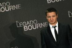 """Ator Jeremy Renner é visto nesta foto de agosto de 2012 durante a estréia do filme """"O Legado Bourne"""" na cidade do México, no México. Os personagens da série """"Bourne"""" se locomovem em um mundo um tanto particular, uma espécie de aldeia global movida por medicação. Por isso, não é de se espantar todo o esforço que o protagonista de """"O Legado Bourne"""" realiza para conseguir seus remédios que são milagrosos o bastante para transformá-lo numa espécie de super-homem, que vai do Alasca a Seul, chegando a Manila. 22/08/2012 REUTERS/Edgard Garrido"""