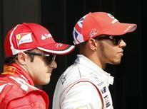 Lewis Hamilton (D), da McLaren é seguido de Felipe Massa, da Ferrari, após conseguir a pole position para o Grande Prêmio de F1 da Itália, no circuito de Monza. 08/09/2012 REUTERS/Stefano Rellandini