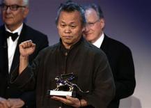 "South Korean director Kim Ki-duk holds the Golden Lion prize for best movie ""Pieta"" at the 69th Venice Film Festival in Venice September 8, 2012. REUTERS/Tony Gentile"