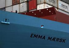 Члены экипажа на борту контейнеровоза Emma Maersk, стоящего в терминале в Гонконге, 7 сентября 2012 года. Портовое подразделение датского холдинга A.P. Moller-Maersk покупает 37,5 процента акций работающего в РФ портового оператора Global Ports, сообщил оператор в понедельник. REUTERS/Bobby Yip