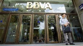 <p>Les entreprises espagnoles, et notamment les banques comme BVVA, se ruent sur le marché obligataire pour profiter à plein de la baisse des taux d'intérêt qui a suivi l'annonce par la Banque centrale européenne d'un plan de rachat de dette souveraine afin de réduire les coûts de financement du pays. /Photo d'archives/REUTERS/Albert Gea</p>