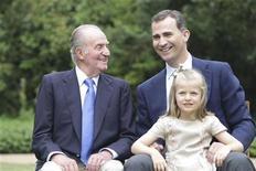 La Casa Real española lanzó el lunes una página web remozada en un intento de mejorar la transparencia de una institución que se ha visto inmersa en varios escándalos que han perjudicado su popularidad en un país azotado por la crisis. En la imagen, el rey Juan Carlos (izquierda), junto al príncipe Felipe y la infanta Leonor en la fotografía que destaca en la renovada web de la Casa Real. REUTERS/Casa de Su Majestad el Rey/Handout
