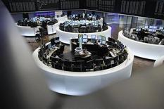 Трейдеры работают в торговом зале фондовой биржи во Франкфурте-на-Майне, 6 сентября 2012 года. Европейские рынки акций открылись снижением. REUTERS/Alex Domanski