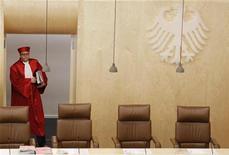 Президент Конституционного суда Германии Андреас Фосскюле пришел на слушания по созданию Европейского механизма стабильности (ESM) в Карлсруэ, 10 июля 2012 года. Конституционный суд Германии сообщил во вторник, что не будет откладывать долгожданного решения касательно совместимости стабфонда еврозоны с немецким законодательством, несмотря на разногласия, возникшие в последний момент. REUTERS/Alex Domanski