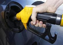 Человек заправляет автомобиль на АЗС недалеко от Страсбурга, 26 августа 2012 г. Цены на нефть растут в ожидании стимулирующих мер ФРС США. REUTERS/Vincent Kessler