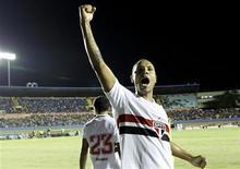 Atacante Luis Fabiano comemora gol do São Paulo na Copa do Brasil deste ano contra o Goiás, no estádio Serra Dourada. 23/05/2012 REUTERS/Ueslei Marcelino