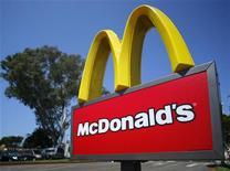 Логотип McDonald's у ресторана в Калифорнии, 10 сентября 2012 г. Выручка McDonald's Corp поднялась на 3,7 процента в августе 2012 года в ресторанах, открытых не позднее года назад, однако оказалась ниже ожиданий рынка из-за слабости спроса в Европе и общемировой экономической волатильности.  REUTERS/Mike Blake