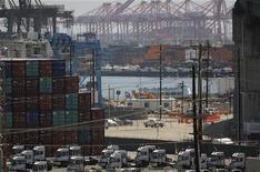 <p>Le port de Los Angeles, en Californie. Le déficit commercial américain s'est légèrement accru en juillet, sous le coup d'une baisse des exportations vers l'Europe et d'un nouveau record d'importations en provenance de Chine. /Photo prise le 30 mai 2012/REUTERS/David McNew</p>