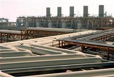 <p>Le groupe italien Edison a obtenu un rabais de 450 millions d'euros sur ses achats de gaz naturel liquéfié au Qatar, ce qui pourrait ouvrir la voie à d'autres renégociations de contrats dont bénéficieraient les consommateurs européens. /Photo d'archives/REUTERS/Morteza Nikoubazl</p>