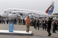 <p>La chancelière allemande Angela Merkel rejointe par Thomas Enders, le PDG d'Airbus. Les gouvernements des pays européens dans lesquels Airbus est implanté vont tenter d'obtenir un report de la date de mise en application du système d'échange de quotas d'émission de gaz à effet de serre (ETS) afin d'éviter des mesures de rétorsion de la Chine. /Photo prise le 11 septembre 2012/REUTERS/Tobias Schwarz</p>