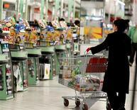 <p>Les prix à la consommation ont progressé de 0,7% au mois d'août en France sous l'impact notamment d'une forte hausse des prix de l'énergie, selon les statistiques publiées mercredi par l'Insee. Sur un an, l'inflation ressort à 2,1%. /Photo d'archives/REUTERS</p>